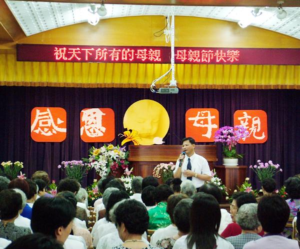 社福處副處長陳地龍獻唱祝福在場母親們佳節愉快