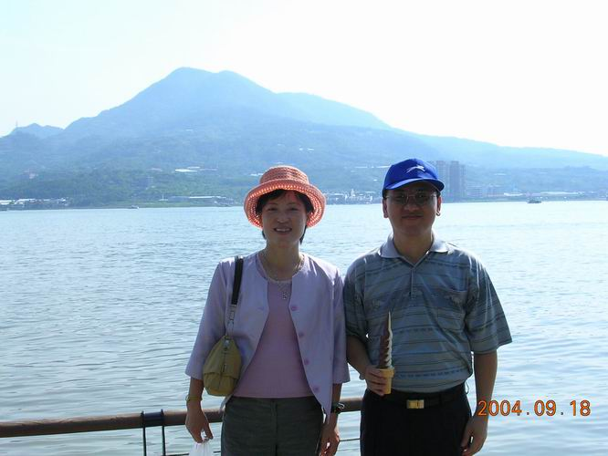 李政運與黃保華伉儷合照於淡水河觀音山